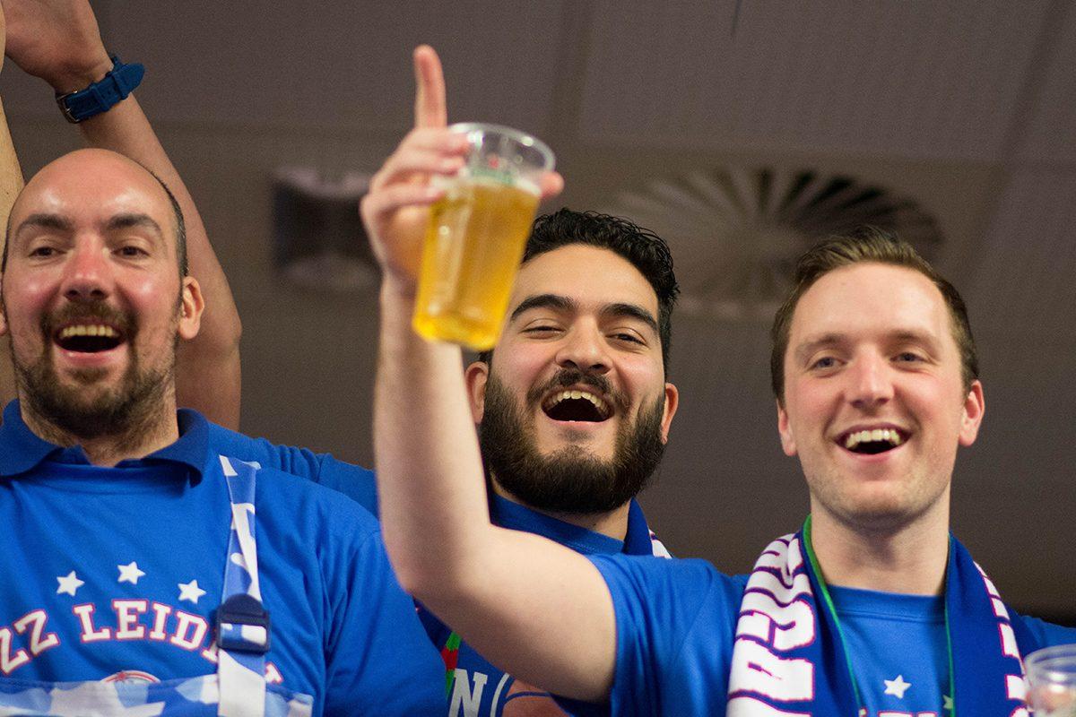 Voorzitter Akif Han (midden) tijdens de bekerfinale in Zwolle.